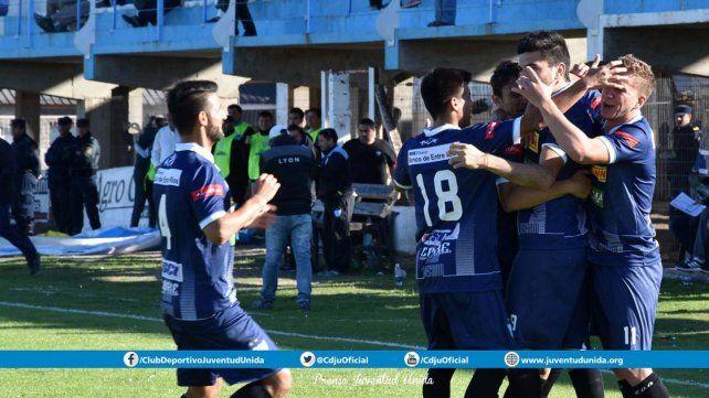 Los jugadores de Juventud festejan el triunfo que llegó en el cierre del partido.