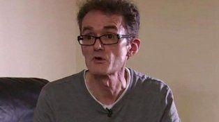 Un inglés se opera a sí mismo por temor a morir esperando un turno