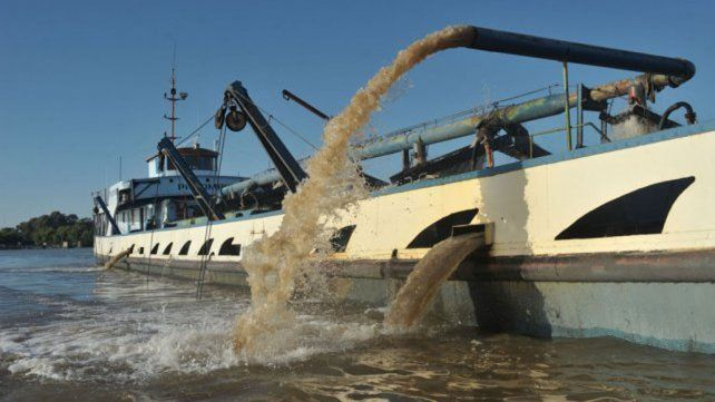 Extracción. Habría unas 50 embarcaciones de la costa santafesina operando en Victoria.