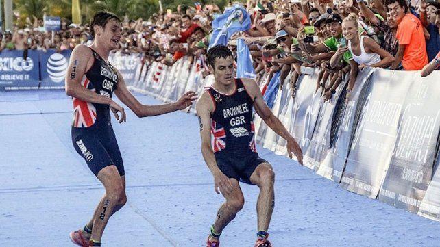 Un triatleta renunció a la victoria para ayudar a su casi desmayado hermano a cruzar la meta