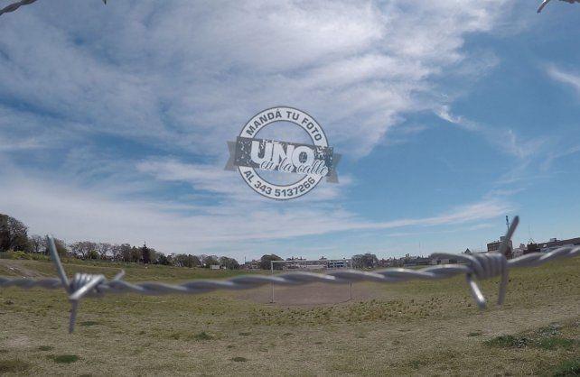 Rodean con alambre de púas un espacio verde del exhipódromo