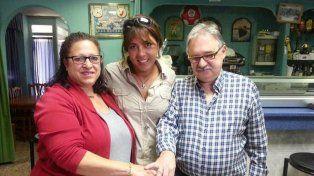 Jessica Cuesta -en el medio- y el reecuentro del anillo con su verdadero dueño.