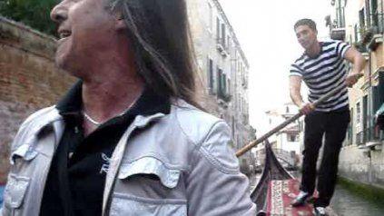 El cantante de Rata Blanca interpreta O Sole Mío en Venecia