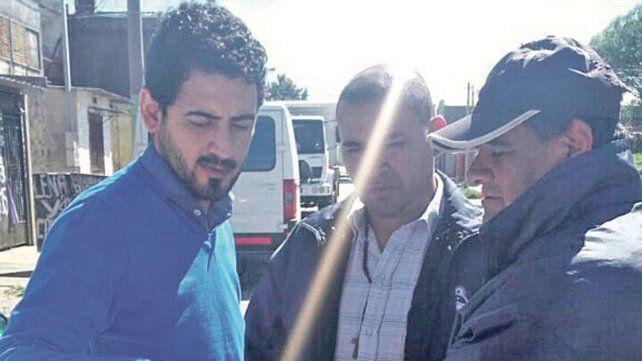Pancho La Vaca entregó una carpeta con propuestas a los funcionarios que visitaron el barrio.