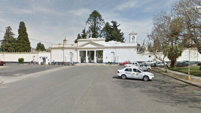 Detuvieron a dos hombres por robar placas en el cementerio de Paraná