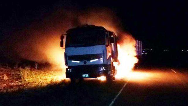 Un camión que transportaba soja se incendió en ruta 39