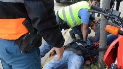 El delegado de UPCN asistido por la policía.