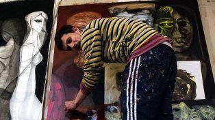 Germán Yujnovsky en el taller trabajando con sus cuadros. Fotos gentileza Diego Páramo.