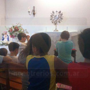Devotos. Niños de la catequesis y numerosos fieles llegaron ayer al orador para rezarle a la virgen que llora en el barrio Santa Lucía.