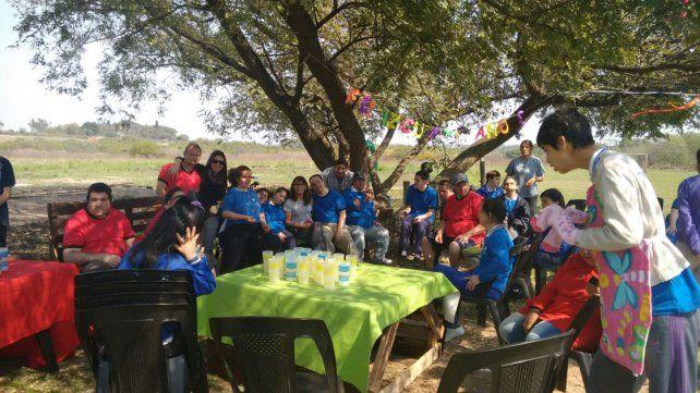 Festejo. Ayer los integrantes de Apana celebraron con alegría en la granja de la institución.