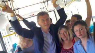Se suman las críticas por la puesta en escena de Macri en el colectivo