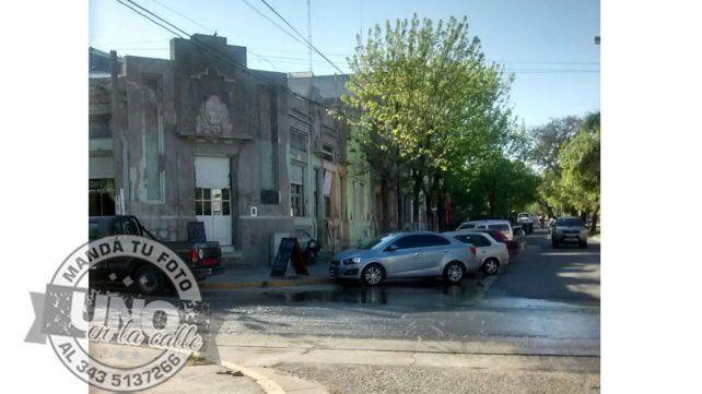 Derroche de agua en edificio municipal