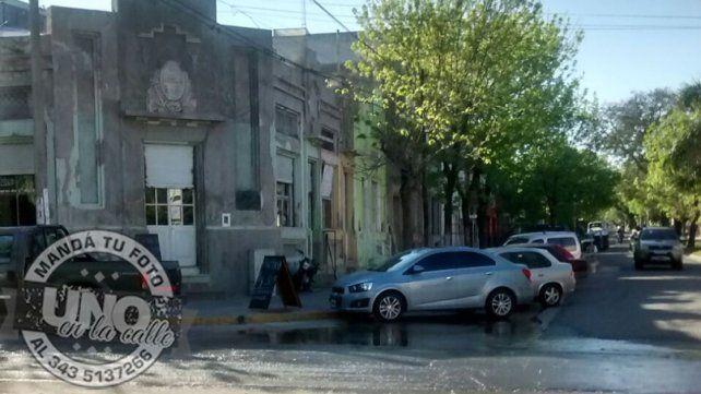 Aclararon que el agua corre por la calle porque se está desagotando el subsuelo del Mercado del Sur