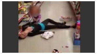 La niña de 2 años intenta reanimar a su mamá que sufrió una sobredosis de heroína