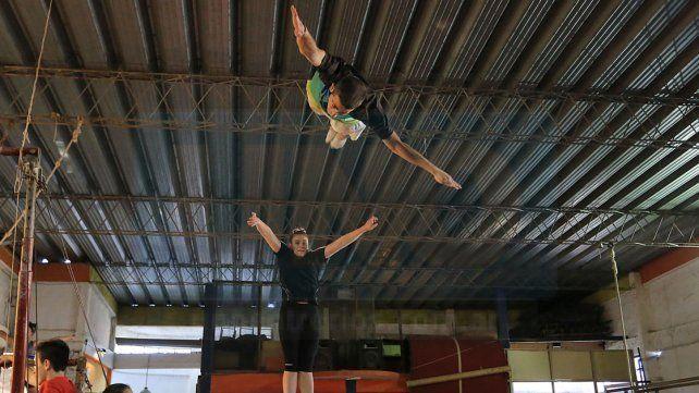 Los chicos de la capital entrerriana formarán parte de la especialidad de Trampolín de la cita de gimnasia en Colombia.