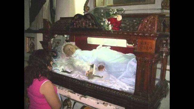 Captaron parpadeando a la momia de una niña