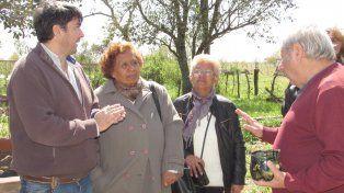 El ministro de Turismo con los descendientes directos en el cementerio.