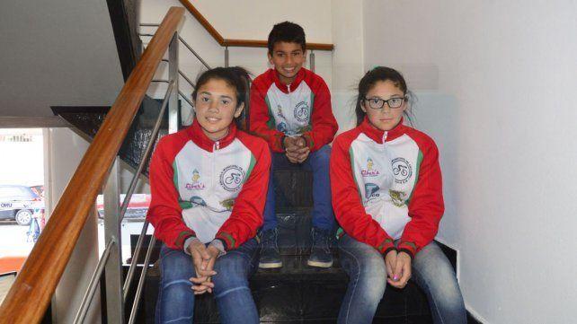 En UNO. Las hermanas Estefanía y Clara Belén Ayala Bentancort junto a Federico Nahuel Maciel.