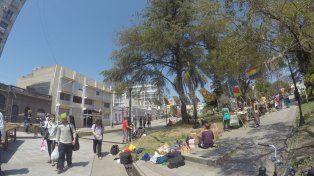 Hoy al mediodía cuando se armó la feria en la plaza.