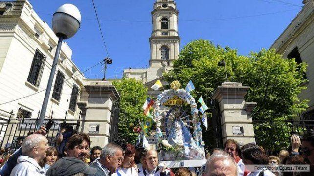 Cientos de miles de fieles peregrinan hacia Luján