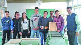 En el taller de carpintería. El rector Romeo Barsante y el jefe de Taller Fabián Fernández