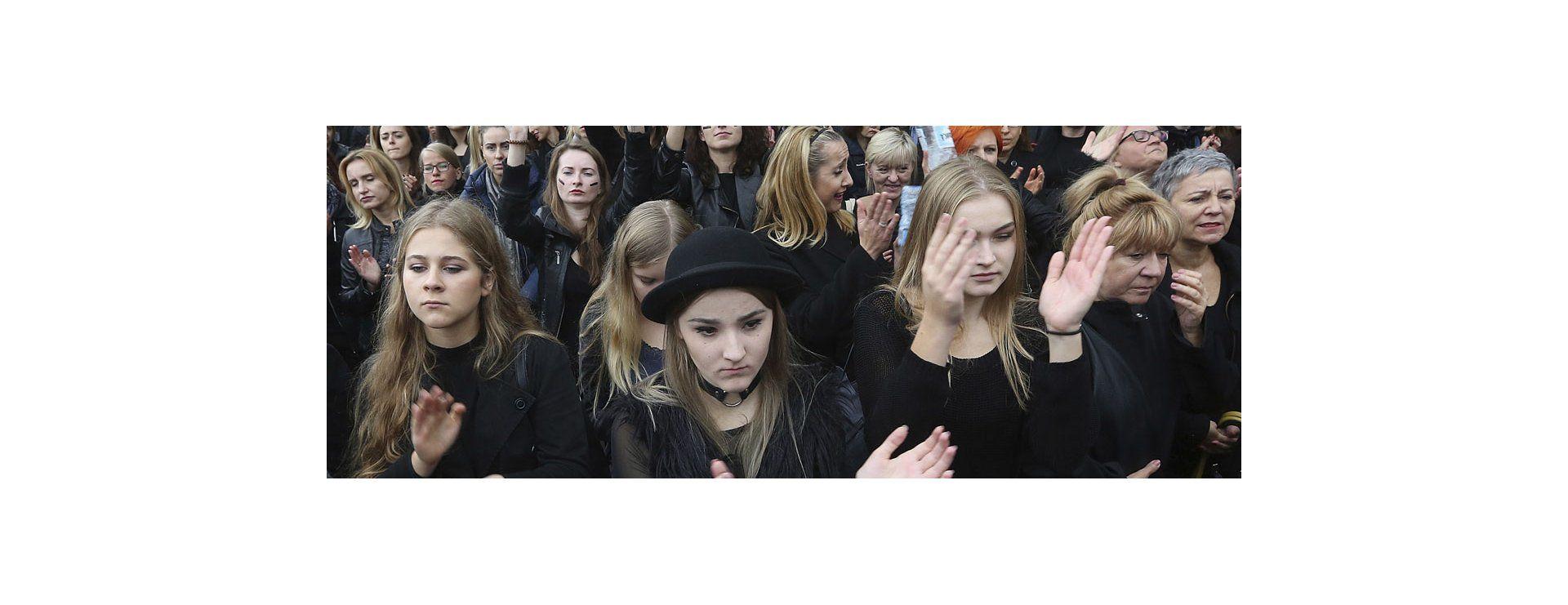 Mujeres protestan en Polonia por posible prohibición del aborto