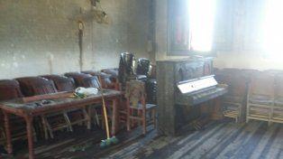 El piano de la escuela en el salón de actos que se incendió.