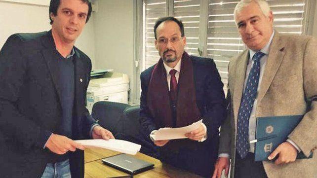 Buena onda. Benítez (derecha) con el procurador García y el intendente Cresto.