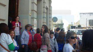 Marchan los padres de alumnos de la escuela Rivadavia en reclamo de obras