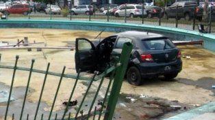 El auto quedó adentro de la fuente que ya fue epicentro de otros accidentes.