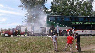 Se incendió un colectivo en el ingreso a Crespo