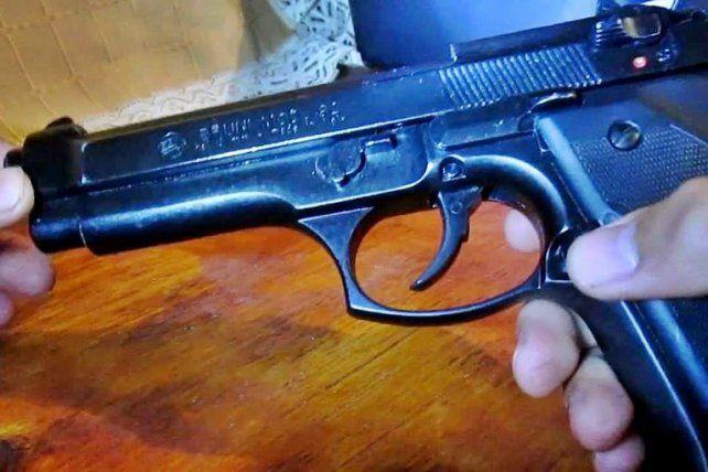 Robaron un arma y apareció en la Jefatura de Policía