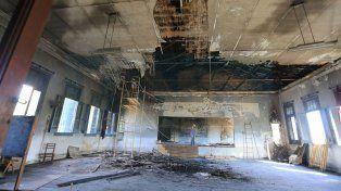 En obra. Obreros de la empresa Cemyc comenzaron a desmantelar el techo del salón de actos.