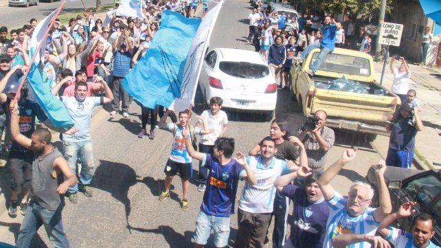 EMOTIVO. Los hinchas despidieron al equipo del sur de la provincia con un banderazo conmovedor en el club