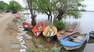 Las canoas de Puerto Sánchez cuando en abril el río amenazaba al barrio de pescadores. Foto UNO Juan Ignacio Pereira.