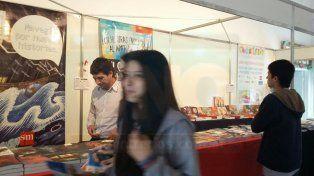 Curiosidades y distintas propuestas de los stands de la Feria del Libro en Paraná