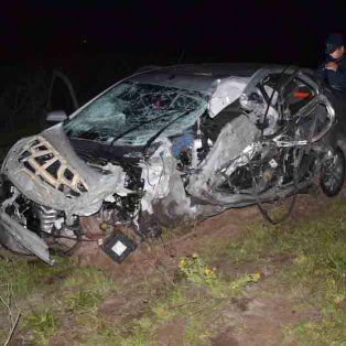 una mala maniobra termino con un auto siniestrado y un camion volcado