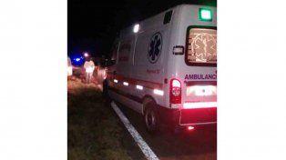 Una mala maniobra terminó con un auto siniestrado y un camión volcado
