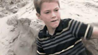 Mientras jugaba en la arena, un niño encontró a una pequeña enterrada viva