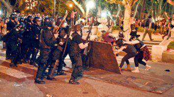 disturbios y represion sobre el final de una masiva marcha de mujeres en rosario