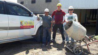 En obra. Asociados de la cooperativa trabajan en diferentes actividades ligadas a la construcción.