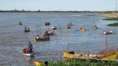 Procesión en el río. Pescadores llevaron la imagen de la virgen.