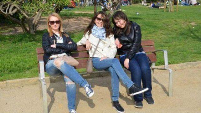 ¿Qué tiene de extraño esta imagen de tres mujeres sentadas en el banco de una plaza?