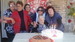 Festejo. La longeva mujer celebró más de un siglo de vida rodeada de su familia.