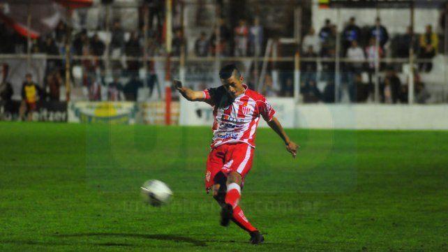 Facundo Quiroga continuará marcando la punta izquierda en la última línea de Atlético Paraná.