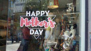 En vísperas del Día de la Madre comerciantes exhiben sus propuestas
