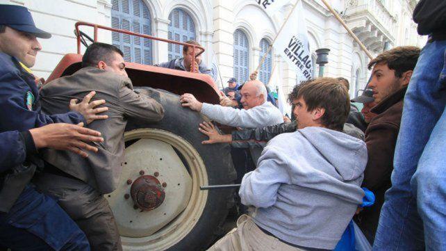Forcejeo. La protesta del campo terminó en serios incidentes.