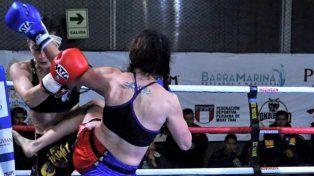 Al Ataque. La luchadora paranaense acorralando a su rival en Perú ante una gran marco de espectadores.