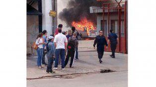 Un vehículo se incendió en el estacionamiento de un comercio