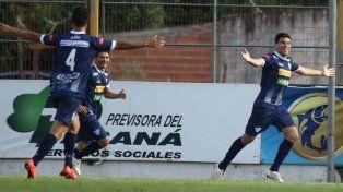 Los jugadores del club entrerriano festejan uno de los goles marcados ayer.
